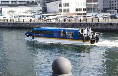 運河を航行する船
